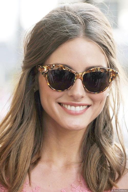 ba852638d2656 Olivia tem uma enorme coleção de óculos, mas dá para perceber que o modelo  gatinho esta entre seus preferidos.
